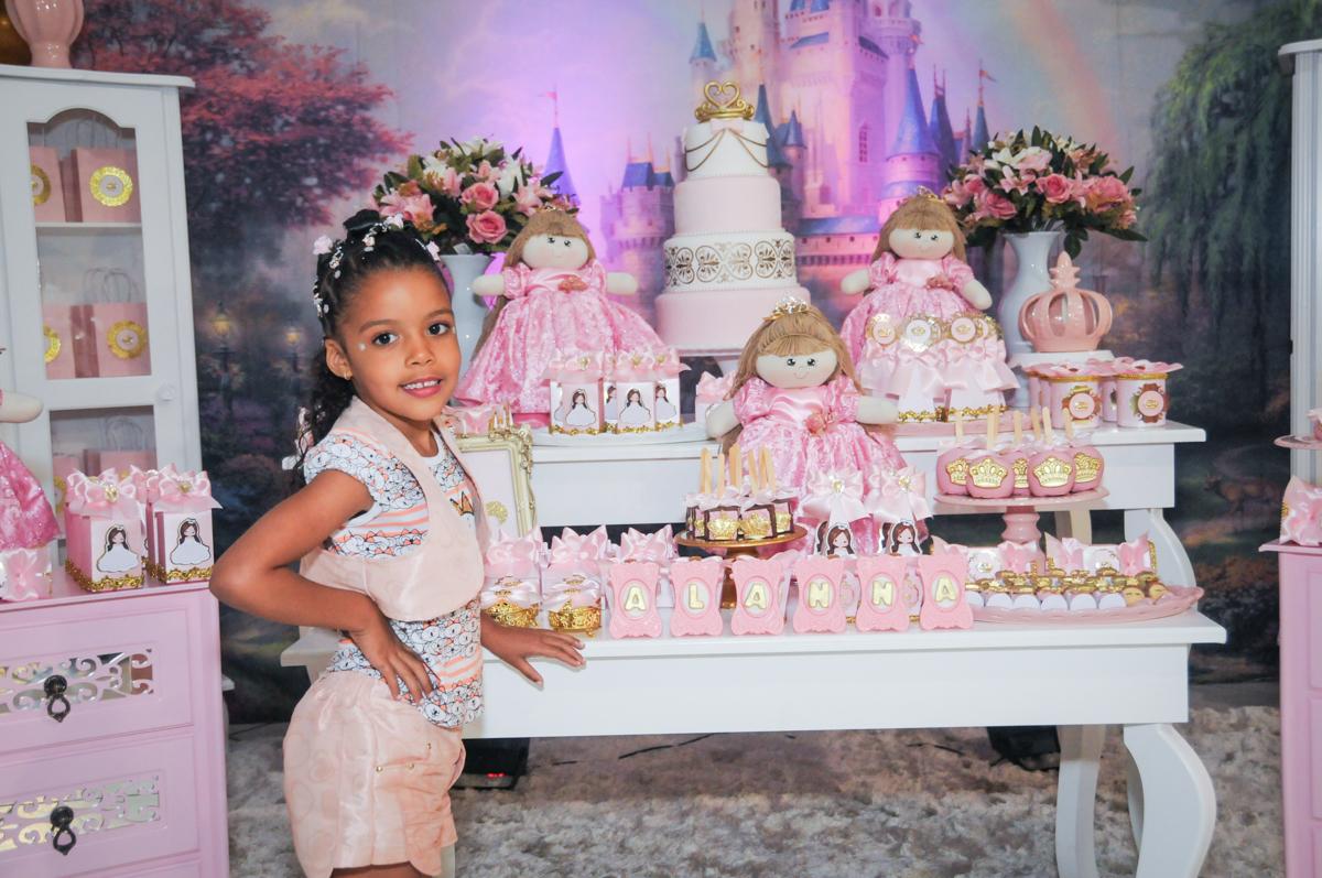 pose de princesa no Buffet Fabrica da Alegria, Osasco, São Paulo, aniversário de Alanna 5 anos, tema da festa bonecas princesas