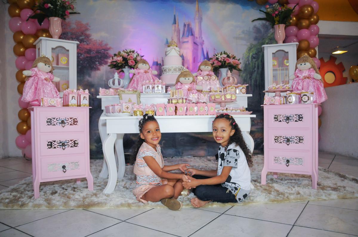 brincando com a amiga no Buffet Fabrica da Alegria, Osasco, São Paulo, aniversário de Alanna 5 anos, tema da festa bonecas princesas