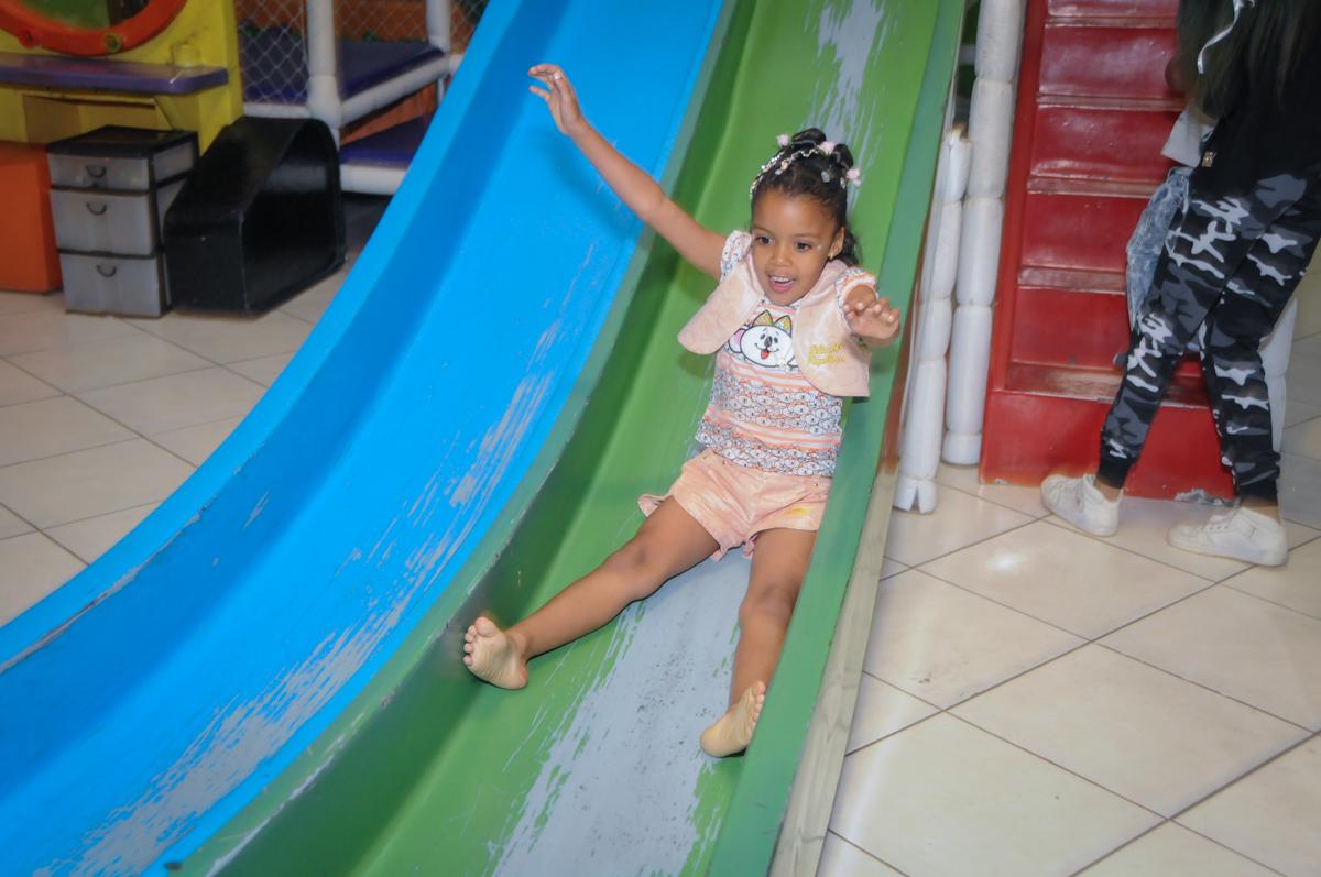 escorregador divertido no Buffet Fabrica da Alegria, Osasco, São Paulo, aniversário de Alanna 5 anos, tema da festa bonecas princesas