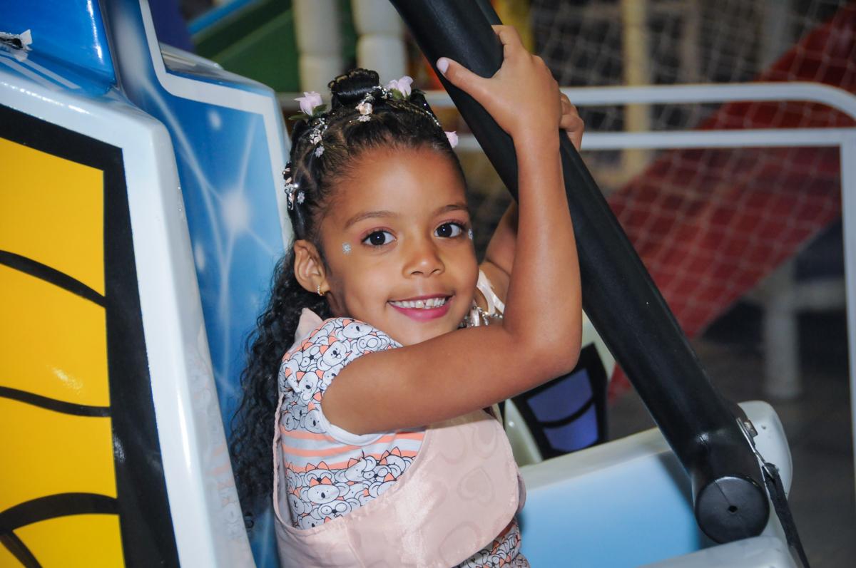 diversão no brinquedo elevador no Buffet Fabrica da Alegria, Osasco, São Paulo, aniversário de Alanna 5 anos, tema da festa bonecas princesas