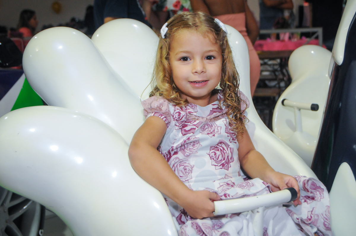 curtindo o brinquedo carrossel no Buffet Fabrica da Alegria, Osasco, São Paulo, aniversário de Alanna 5 anos, tema da festa bonecas princesas