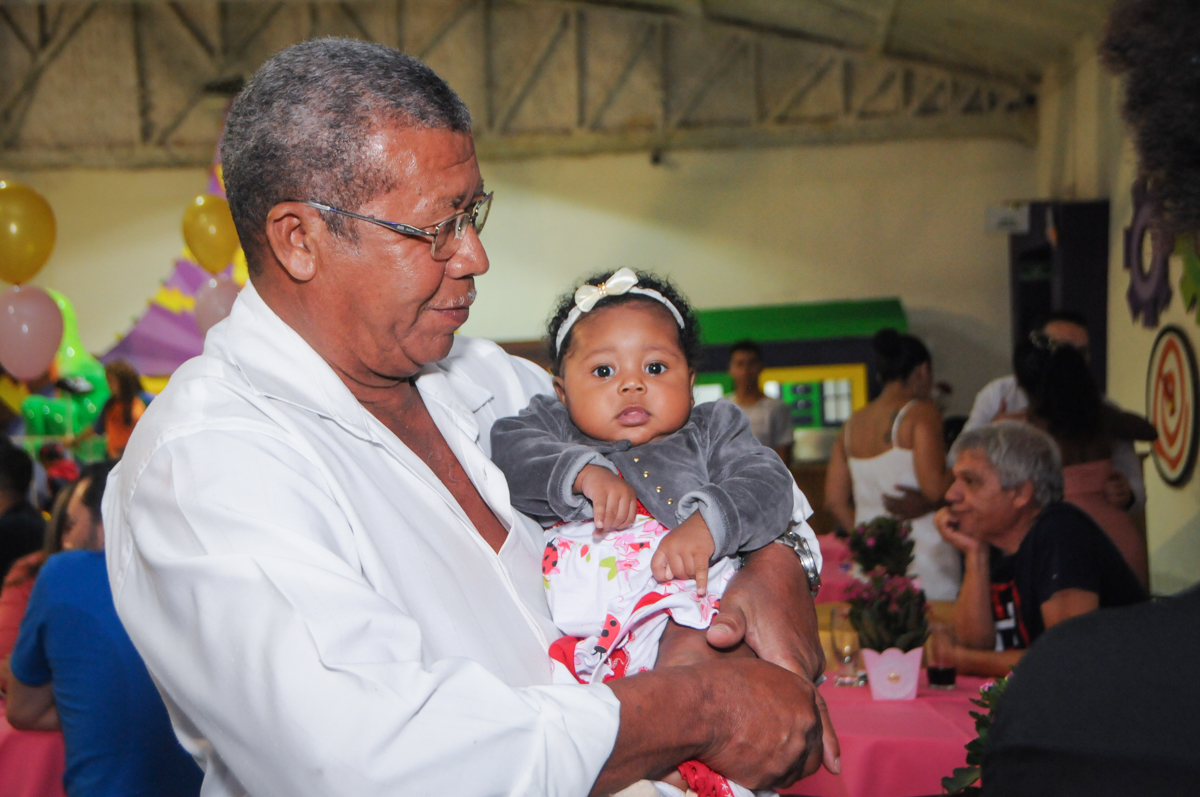 vevô feliz na festa no Buffet Fabrica da Alegria, Osasco, São Paulo, aniversário de Alanna 5 anos, tema da festa bonecas princesas