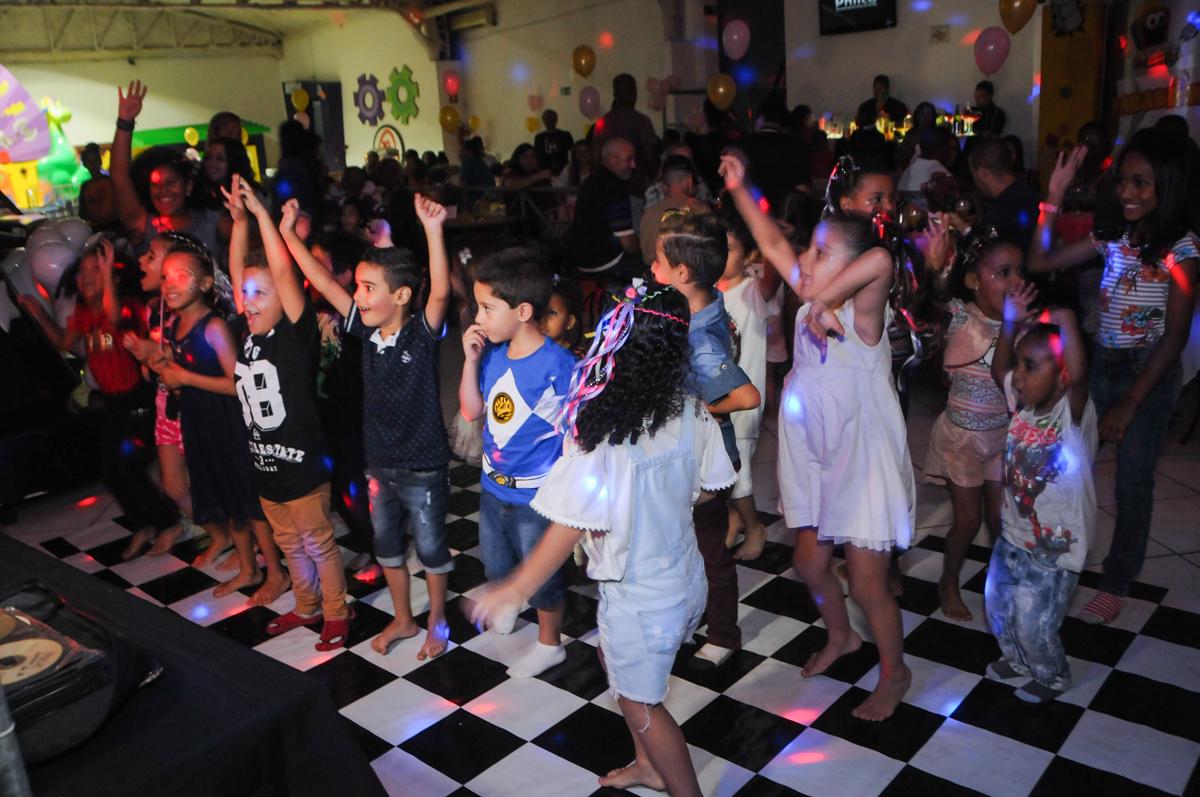 hora da balada no Buffet Fabrica da Alegria, Osasco, São Paulo, aniversário de Alanna 5 anos, tema da festa bonecas princesas