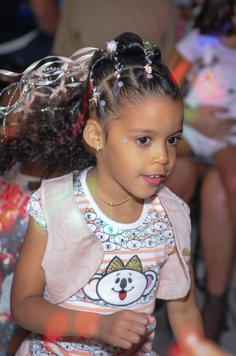 aniversariante curte a balada no Buffet Fabrica da Alegria, Osasco, São Paulo, aniversário de Alanna 5 anos, tema da festa bonecas princesas