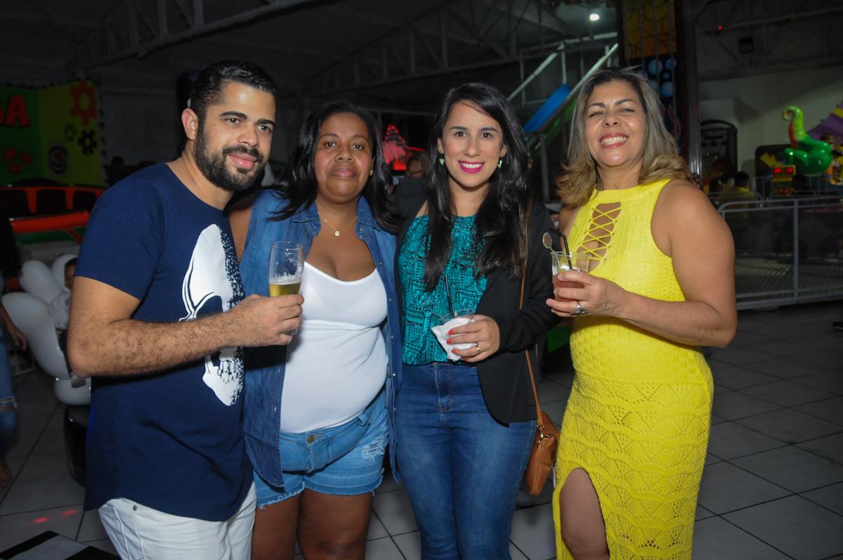 os adultos também cai na balada no Buffet Fabrica da Alegria, Osasco, São Paulo, aniversário de Alanna 5 anos, tema da festa bonecas princesas