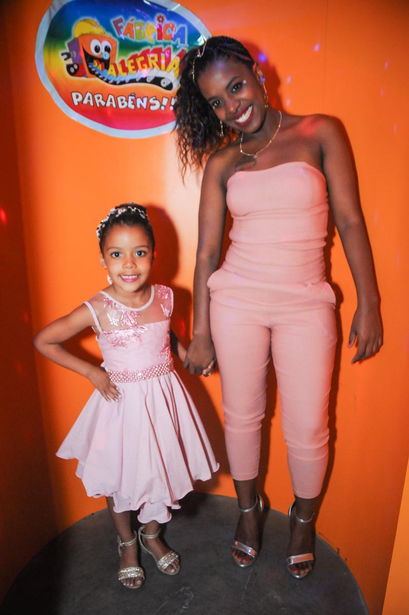 saindo da máquina do parabéns no Buffet Fabrica da Alegria, Osasco, São Paulo, aniversário de Alanna 5 anos, tema da festa bonecas princesas