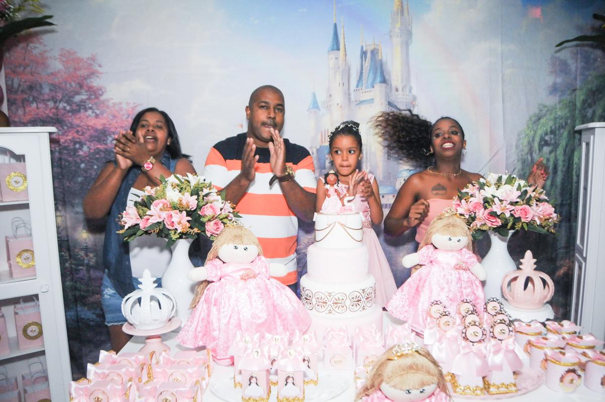hora do parabéns no Buffet Fabrica da Alegria, Osasco, São Paulo, aniversário de Alanna 5 anos, tema da festa bonecas princesas