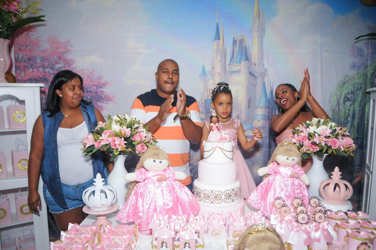 parabéns animado no Buffet Fabrica da Alegria, Osasco, São Paulo, aniversário de Alanna 5 anos, tema da festa bonecas princesas