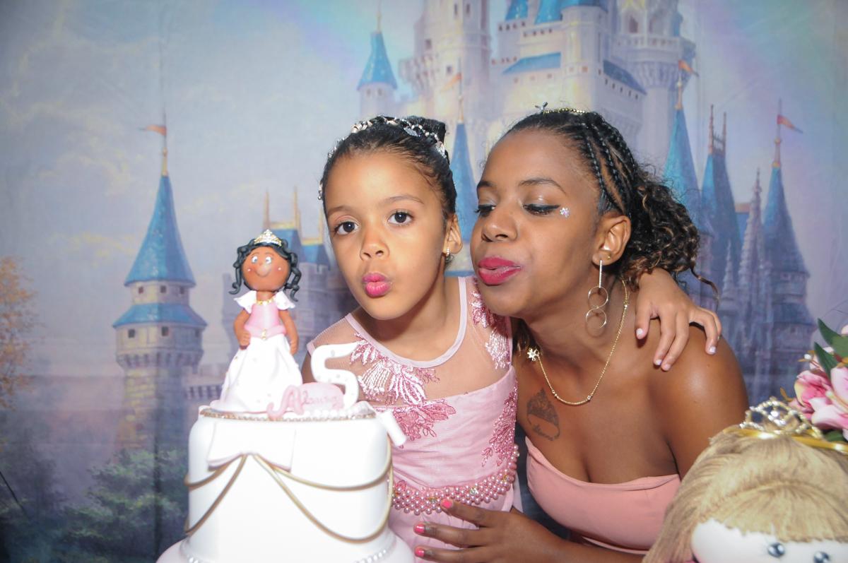 soprando a vela do bolo no Buffet Fabrica da Alegria, Osasco, São Paulo, aniversário de Alanna 5 anos, tema da festa bonecas princesas