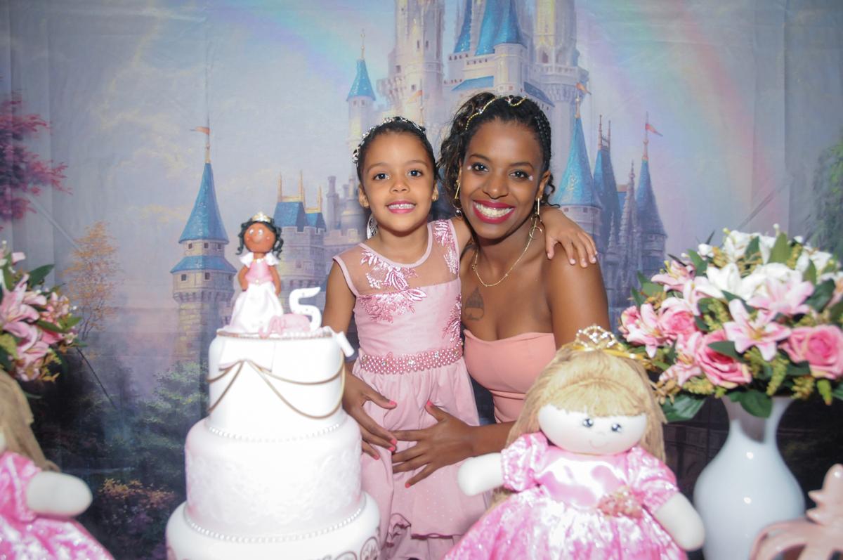 aniversário alegre no Buffet Fabrica da Alegria, Osasco, São Paulo, aniversário de Alanna 5 anos, tema da festa bonecas princesas