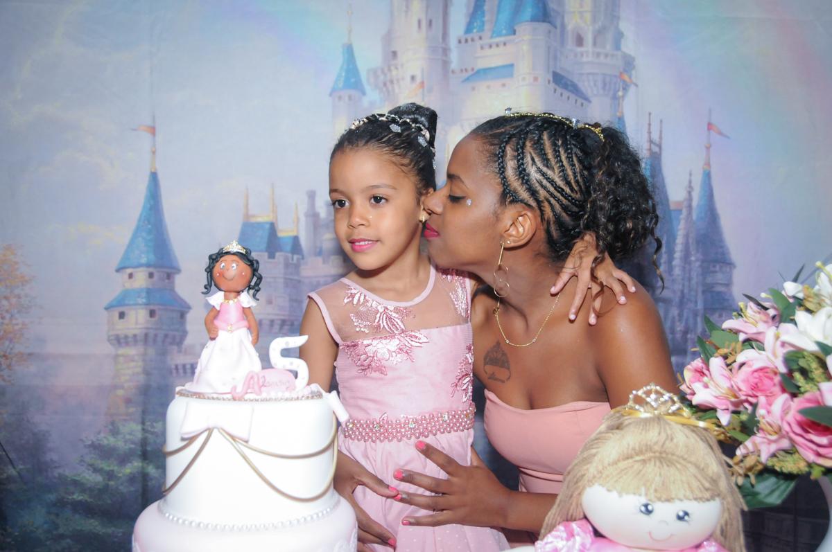 beijo da mamãe no Buffet Fabrica da Alegria, Osasco, São Paulo, aniversário de Alanna 5 anos, tema da festa bonecas princesas