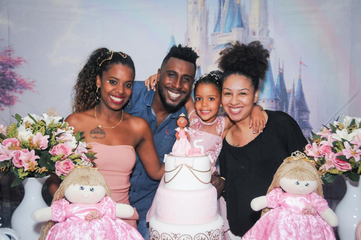 familia posa para a foto no Buffet Fabrica da Alegria, Osasco, São Paulo, aniversário de Alanna 5 anos, tema da festa bonecas princesas