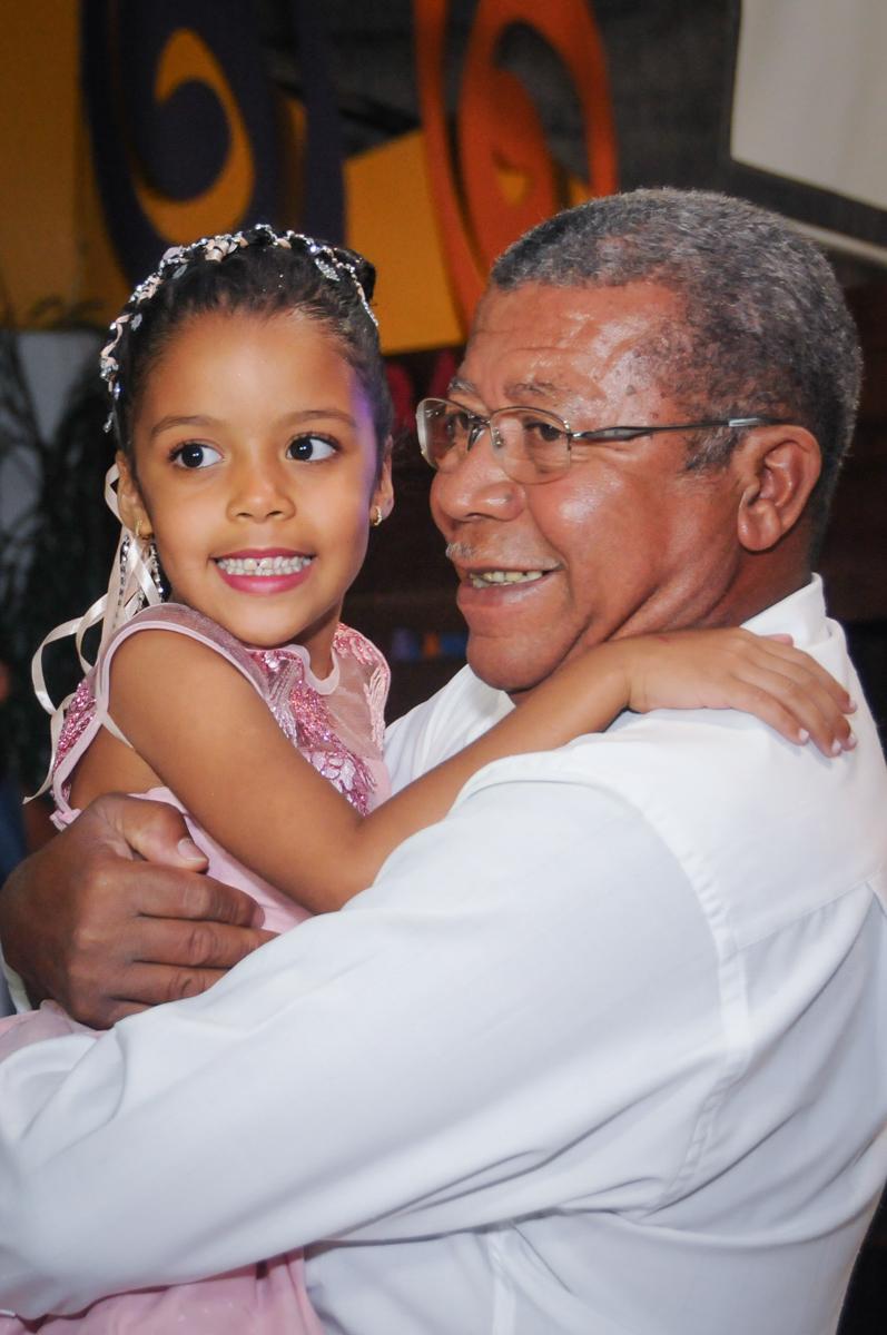 no colo do bisavô no Buffet Fabrica da Alegria, Osasco, São Paulo, aniversário de Alanna 5 anos, tema da festa bonecas princesas