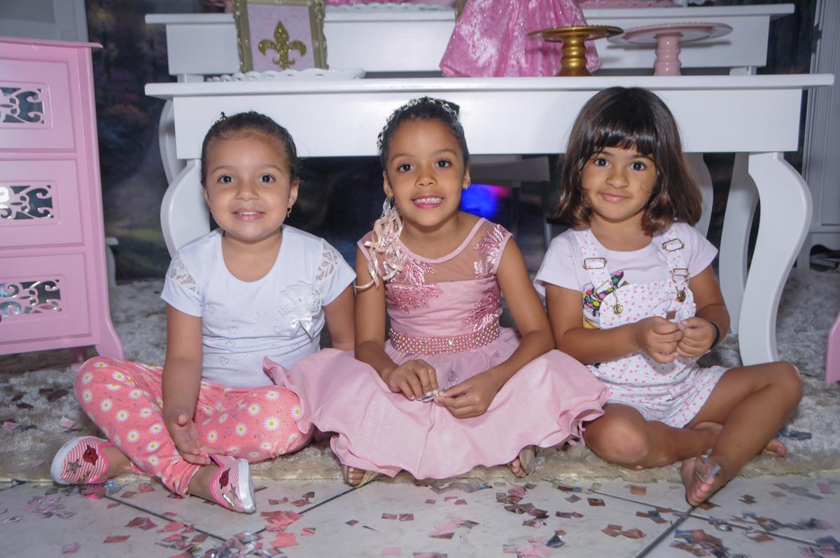 foto com os amigos no Buffet Fabrica da Alegria, Osasco, São Paulo, aniversário de Alanna 5 anos, tema da festa bonecas princesas