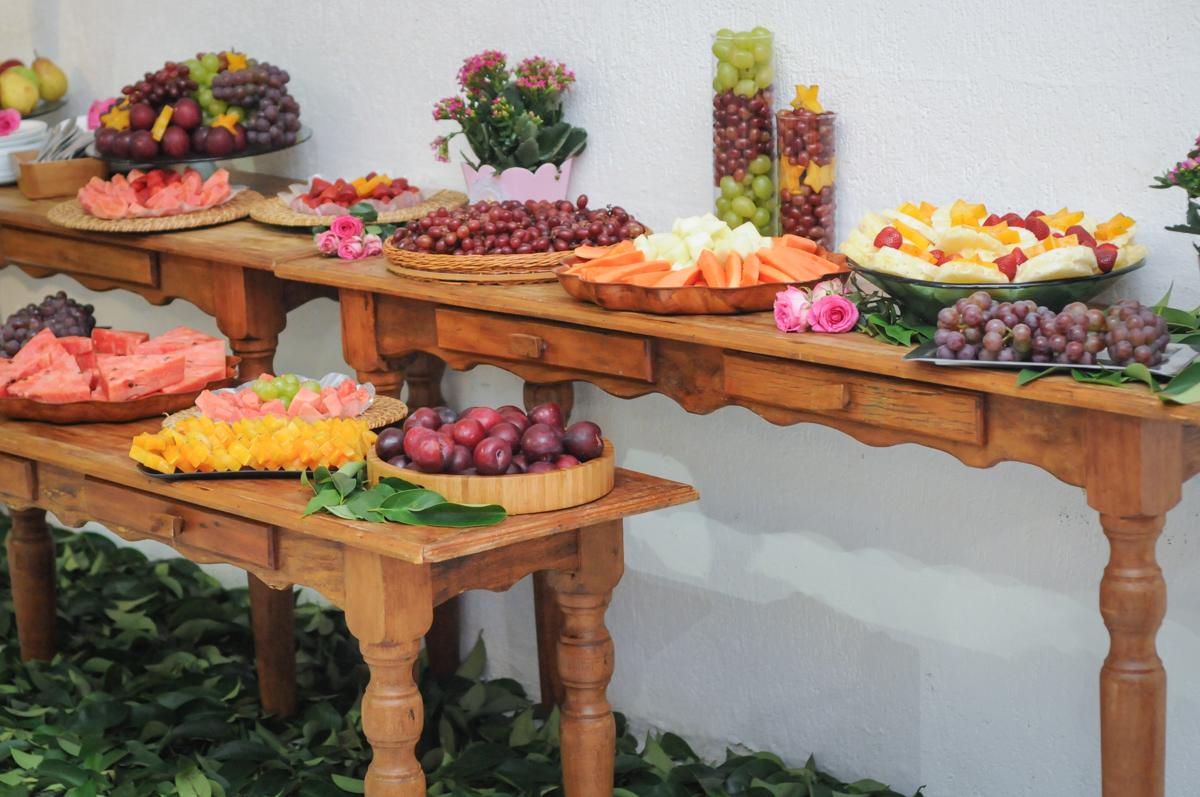 mesa de frutas no Buffet Fabrica da Alegria, Osasco, São Paulo, aniversário de Alanna 5 anos, tema da festa bonecas princesas