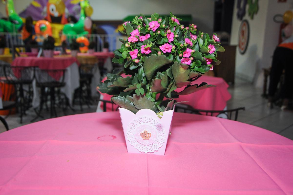 decoração com flores natural no Buffet Fabrica da Alegria, Osasco, São Paulo, aniversário de Alanna 5 anos, tema da festa bonecas princesas