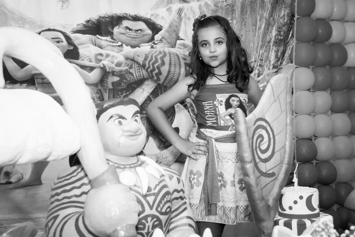 sendo fotografada como uma princesa no Buffet Mundo da Lua Butantã, São Paulo, aniversaário de Maria Eduarda 7 anos, Buffet Mundo da Lua, Butantã, São Paulo