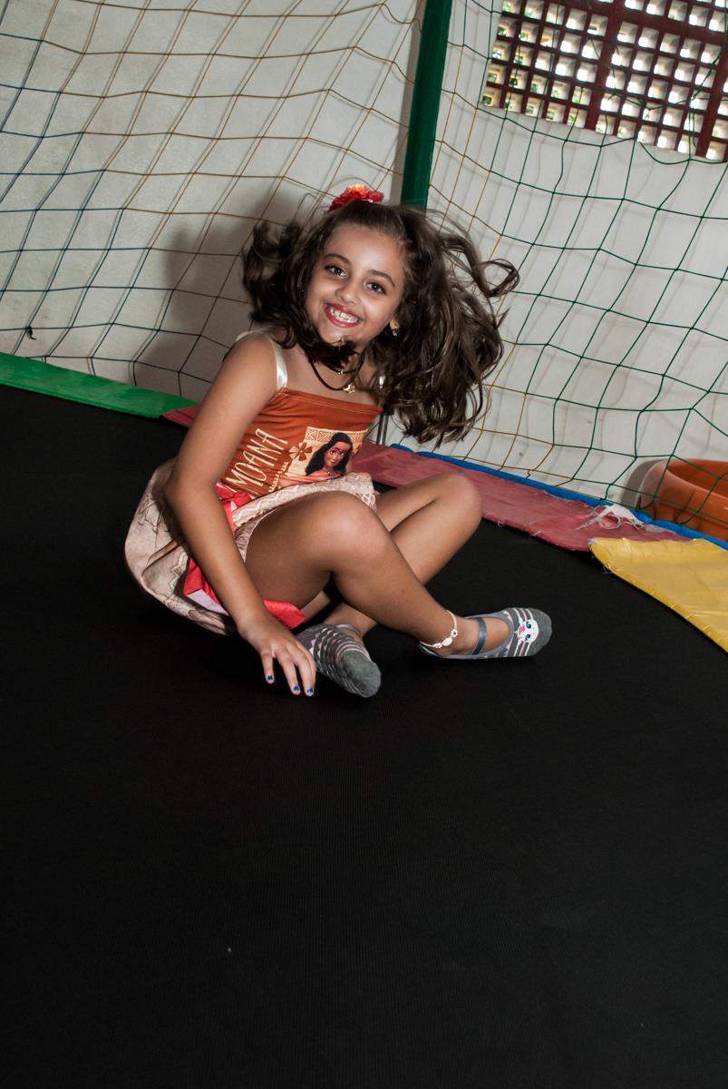 pulando na cama elástica no Buffet Mundo da Lua Butantã, São Paulo, aniversaário de Maria Eduarda 7 anos, Buffet Mundo da Lua, Butantã, São Paulo