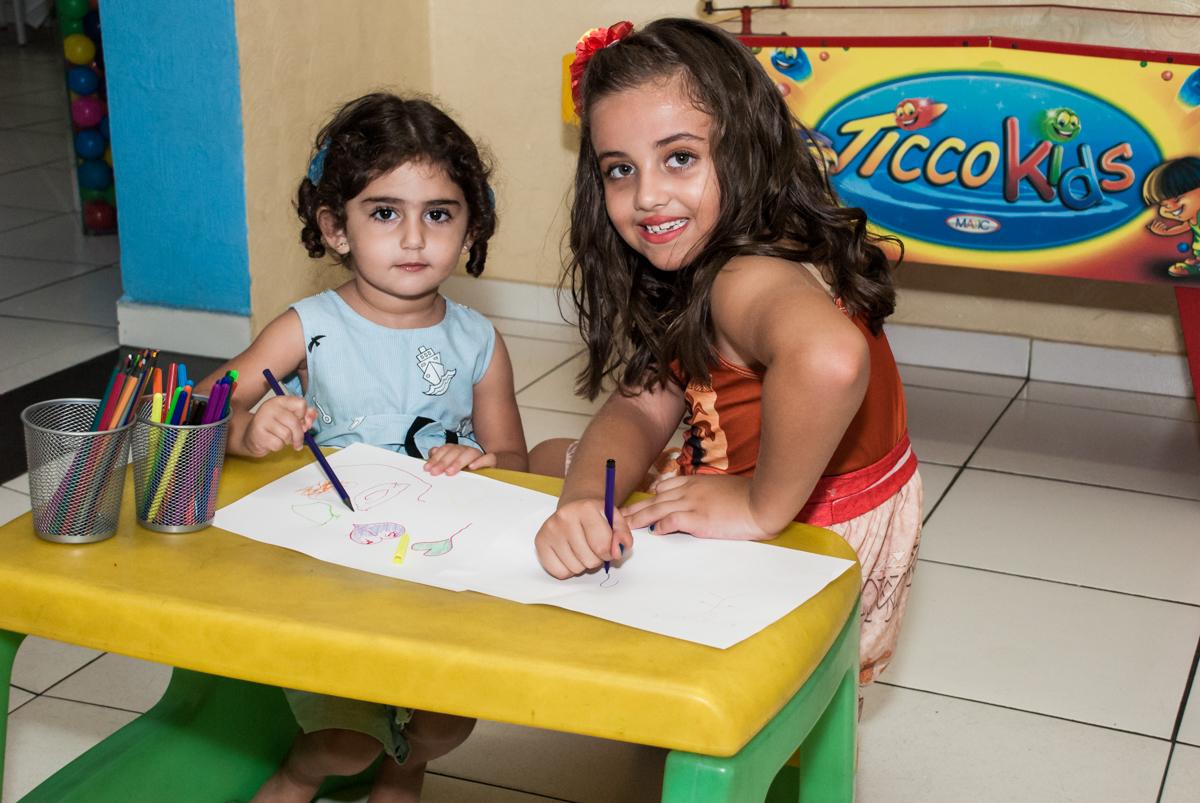 ensinando a prima escrever no Buffet Mundo da Lua Butantã, São Paulo, aniversaário de Maria Eduarda 7 anos, Buffet Mundo da Lua, Butantã, São Paulo