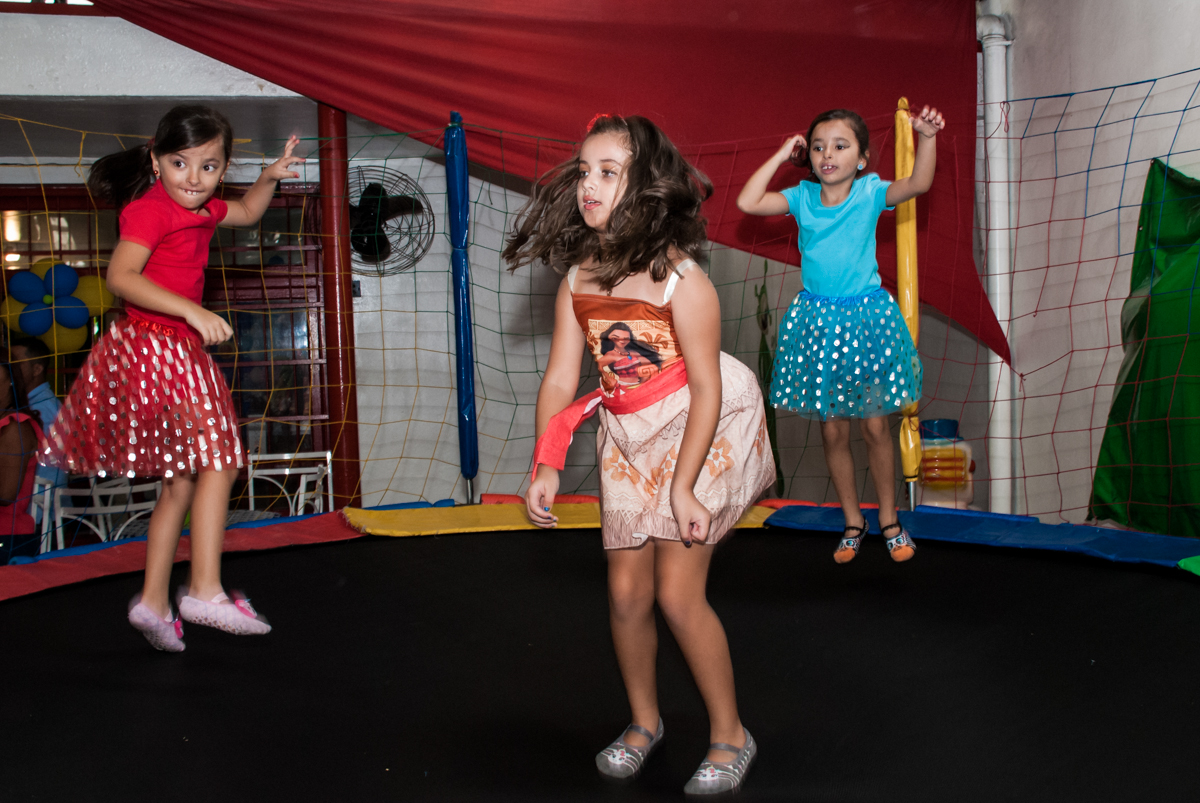 amigas brincam na cama elástica no Buffet Mundo da Lua Butantã, São Paulo, aniversaário de Maria Eduarda 7 anos, Buffet Mundo da Lua, Butantã, São Paulo