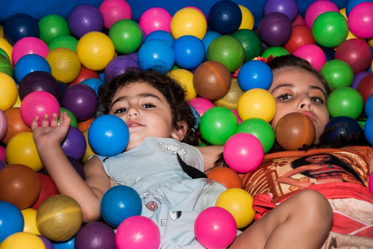 curtindo a piscina de bolinhas no Buffet Mundo da Lua Butantã, São Paulo, aniversaário de Maria Eduarda 7 anos, Buffet Mundo da Lua, Butantã, São Paulo