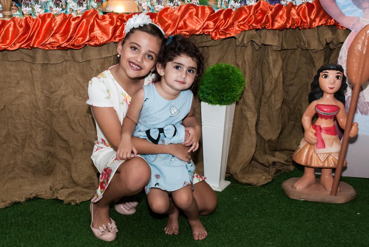 muito amor com a prima no Buffet Mundo da Lua Butantã, São Paulo, aniversaário de Maria Eduarda 7 anos, Buffet Mundo da Lua, Butantã, São Paulo