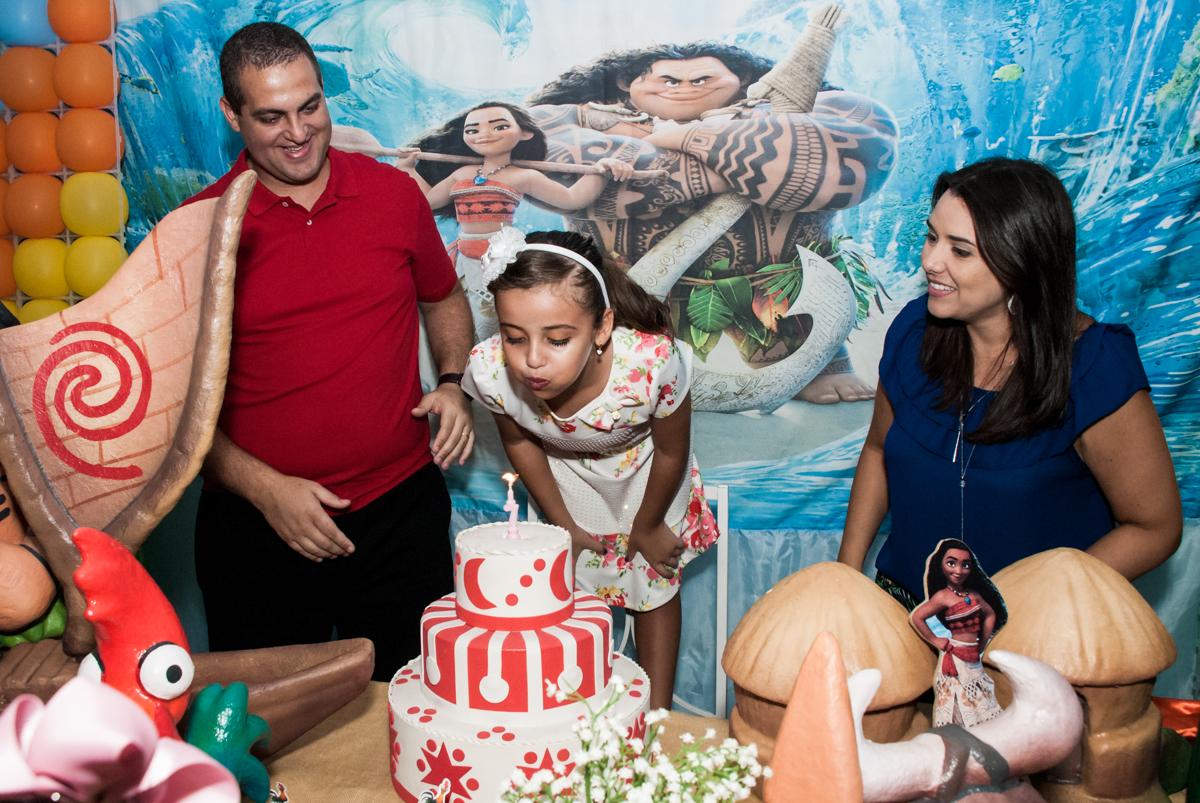 soprando a vela do bolo no Buffet Mundo da Lua Butantã, São Paulo, aniversaário de Maria Eduarda 7 anos, Buffet Mundo da Lua, Butantã, São Paulo