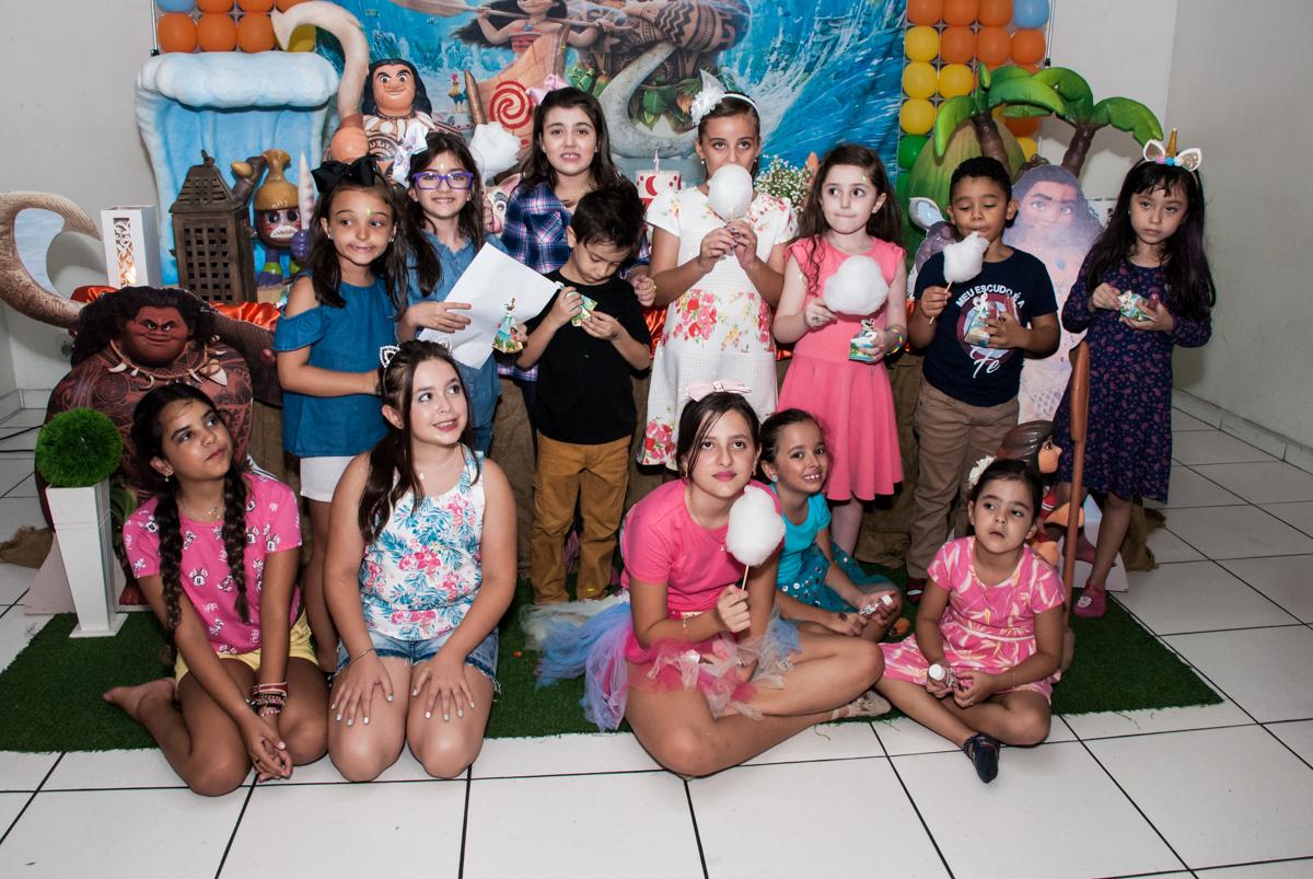 as amigas tiram foto juntas no Buffet Mundo da Lua Butantã, São Paulo, aniversaário de Maria Eduarda 7 anos, Buffet Mundo da Lua, Butantã, São Paulo