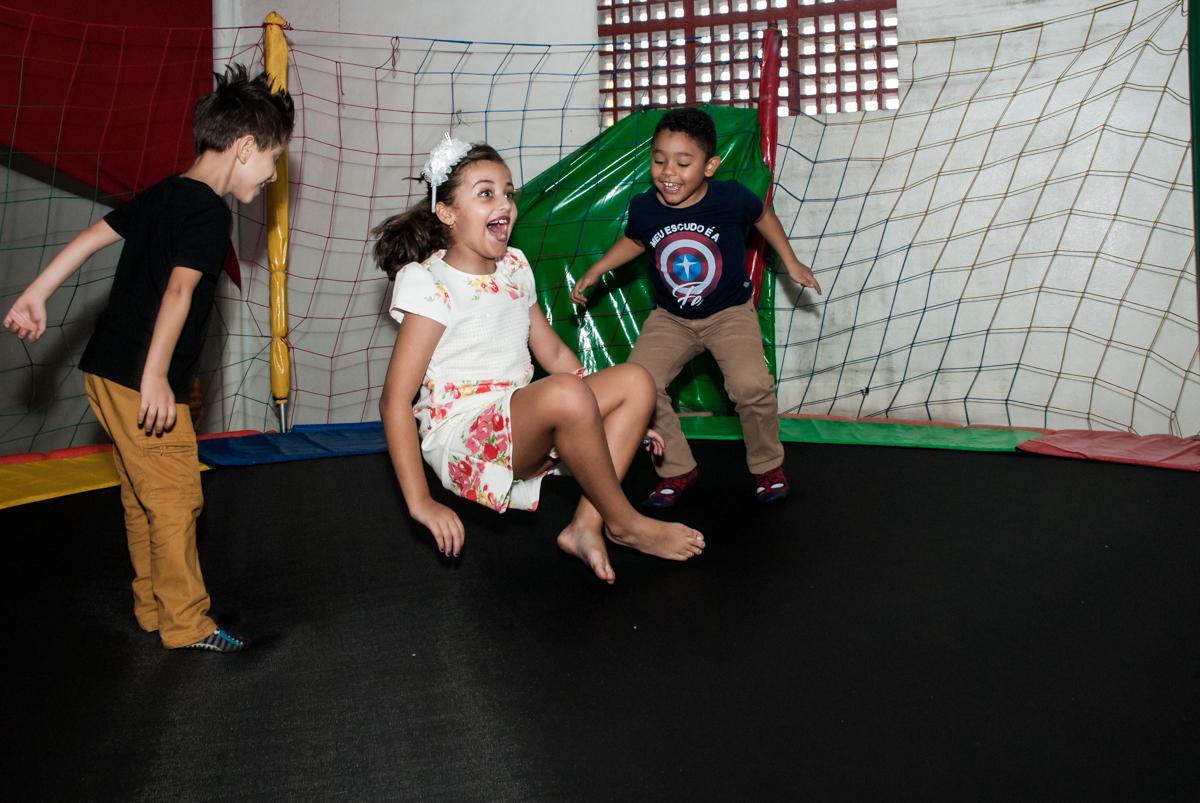 brincando na cama elástica com o amigo no Buffet Mundo da Lua Butantã, São Paulo, aniversaário de Maria Eduarda 7 anos, Buffet Mundo da Lua, Butantã, São Paulo