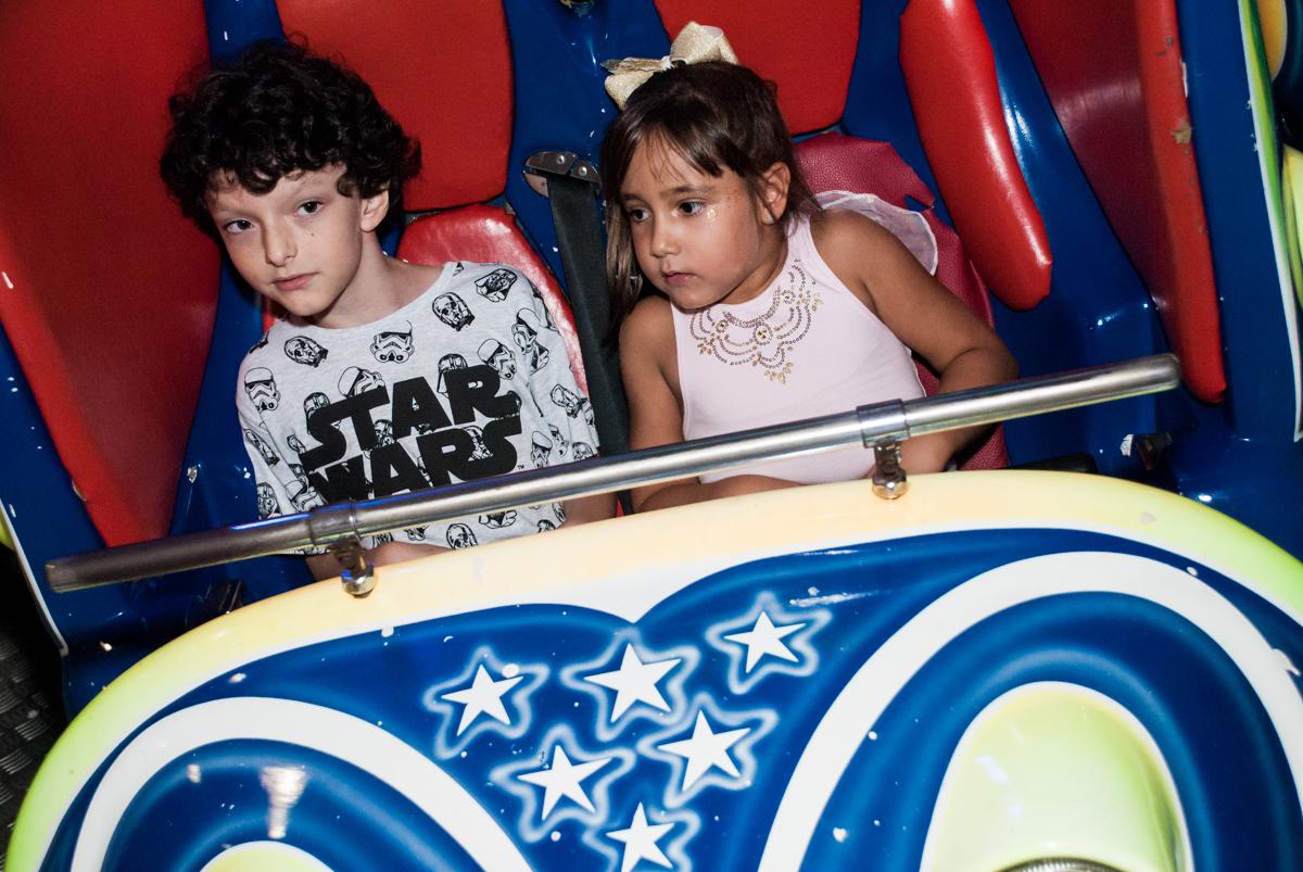 brinquedo jornada nas estrelas no Buffet Fábrica da Alegria, Morumbi, São Paulo, aniversário de Felipe 8 Fernanda 5 tema da fersta Star wars