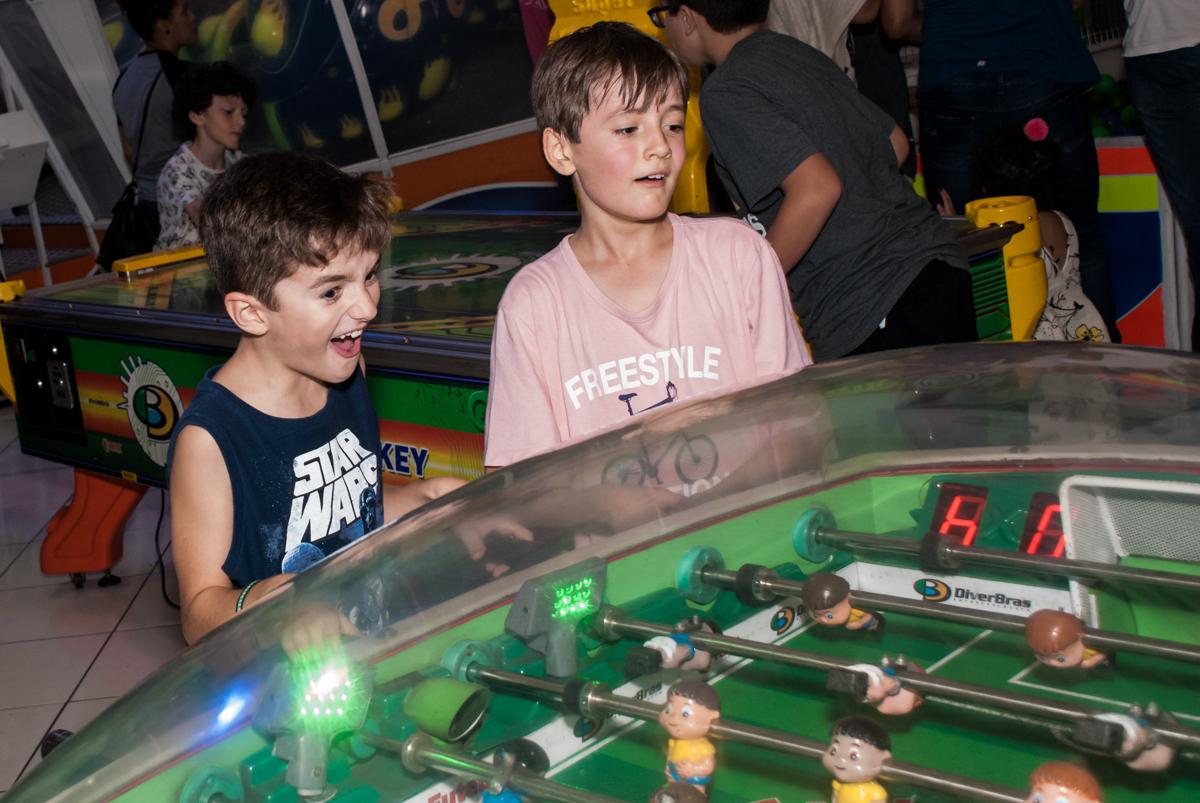 brincando jogo de bola de mesa no Buffet Fábrica da Alegria, Morumbi, São Paulo, aniversário de Felipe 8 Fernanda 5 tema da fersta Star wars