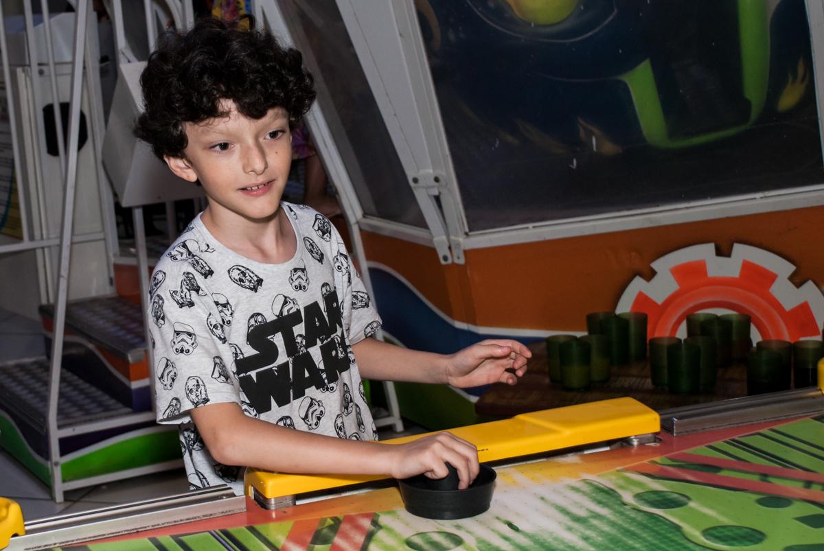 comemorando gol no Buffet Fábrica da Alegria, Morumbi, São Paulo, aniversário de Felipe 8 Fernanda 5 tema da fersta Star wars