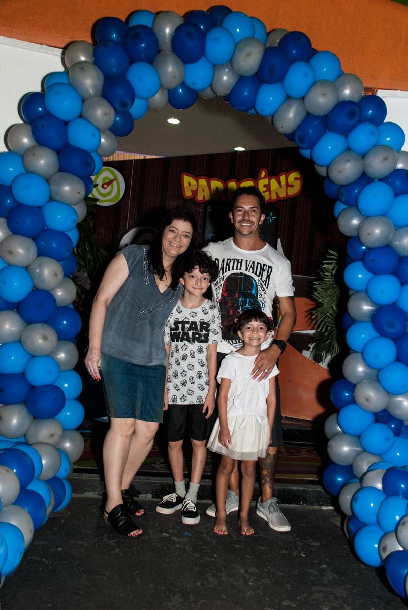 foto da família no arco de bexigas no Buffet Fábrica da Alegria, Morumbi, São Paulo, aniversário de Felipe 8 Fernanda 5 tema da fersta Star wars