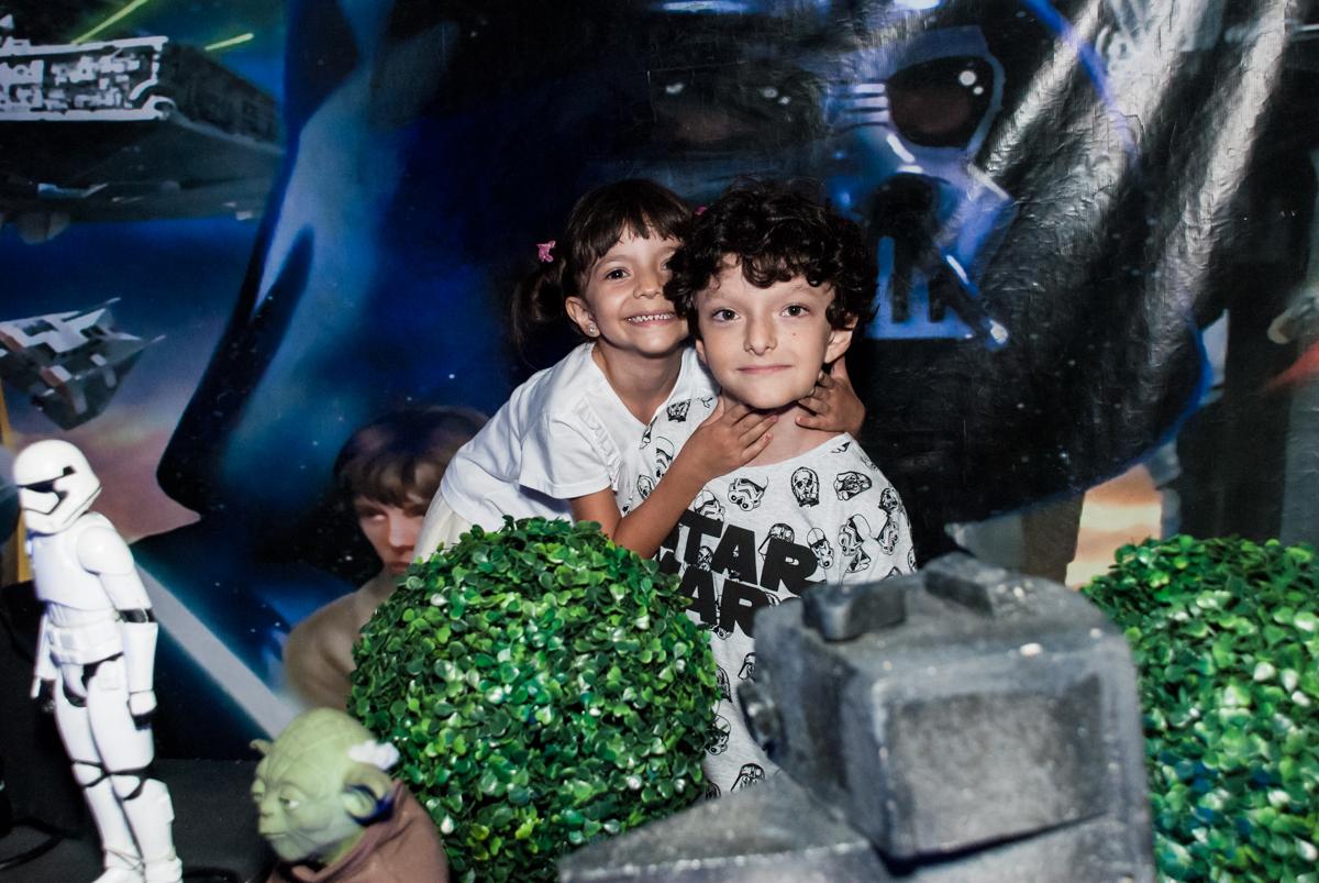 foto dos irmãos no Buffet Fábrica da Alegria, Morumbi, São Paulo, aniversário de Felipe 8 Fernanda 5 tema da fersta Star wars