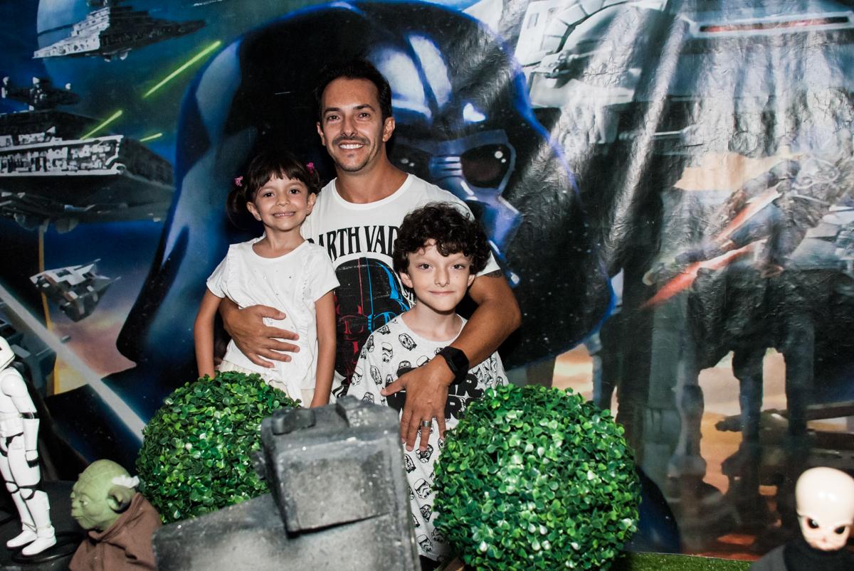 foto pai e filhos no Buffet Fábrica da Alegria, Morumbi, São Paulo, aniversário de Felipe 8 Fernanda 5 tema da fersta Star wars