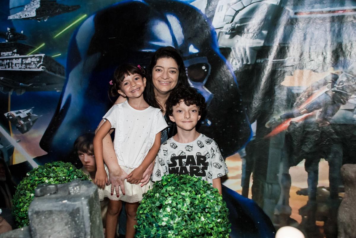 foto mãe e filhos no Buffet Fábrica da Alegria, Morumbi, São Paulo, aniversário de Felipe 8 Fernanda 5 tema da fersta Star wars