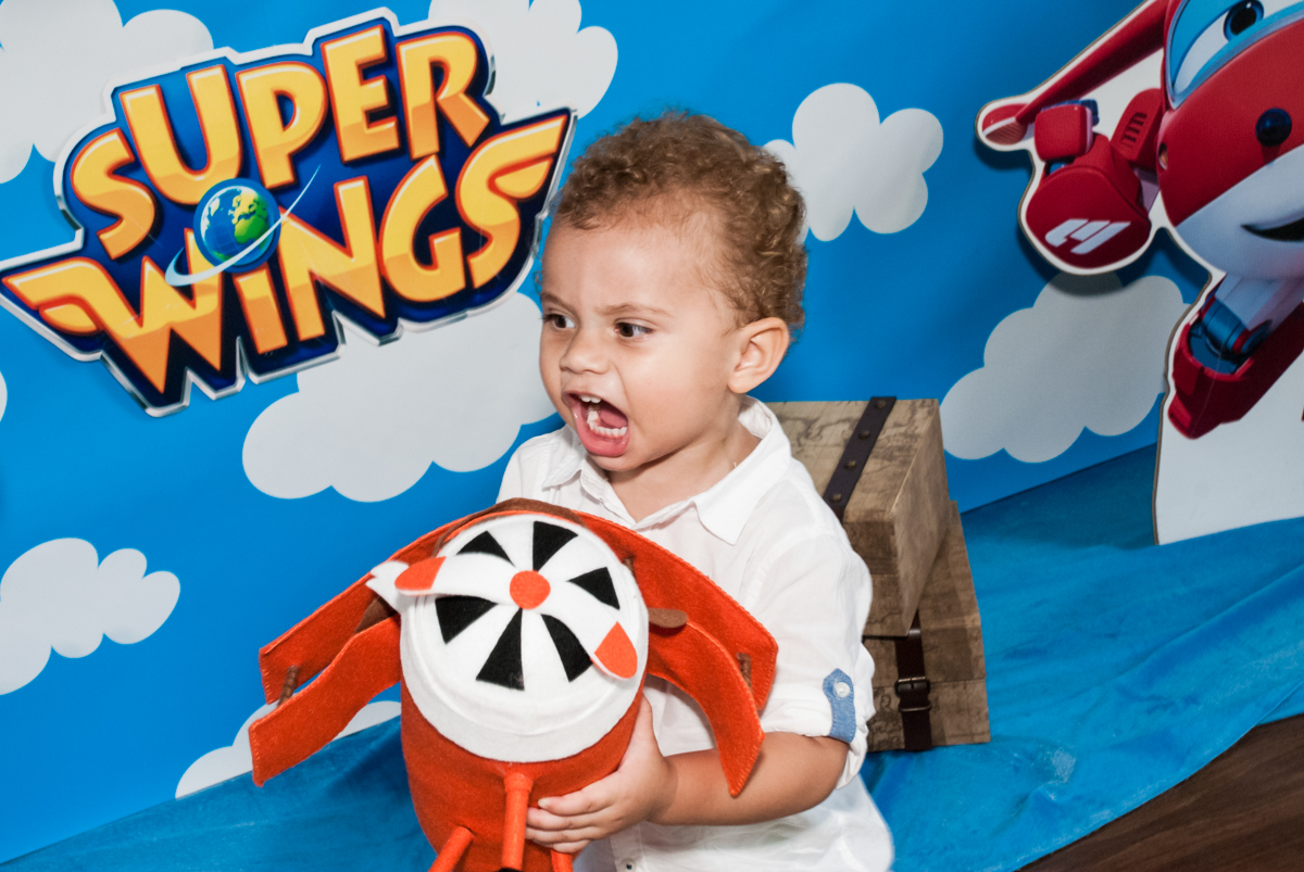 brincadeira divertida com o personagem da mesa no Condominio, Morumbi, São Paulo, tema da festa super wings
