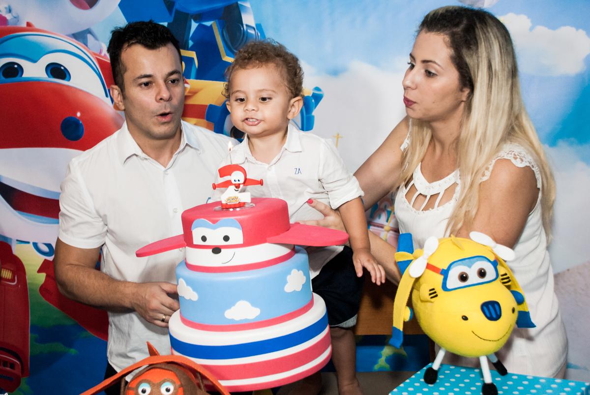 soprando a vela do bolo no Condominio, Morumbi, São Paulo, tema da festa super wings