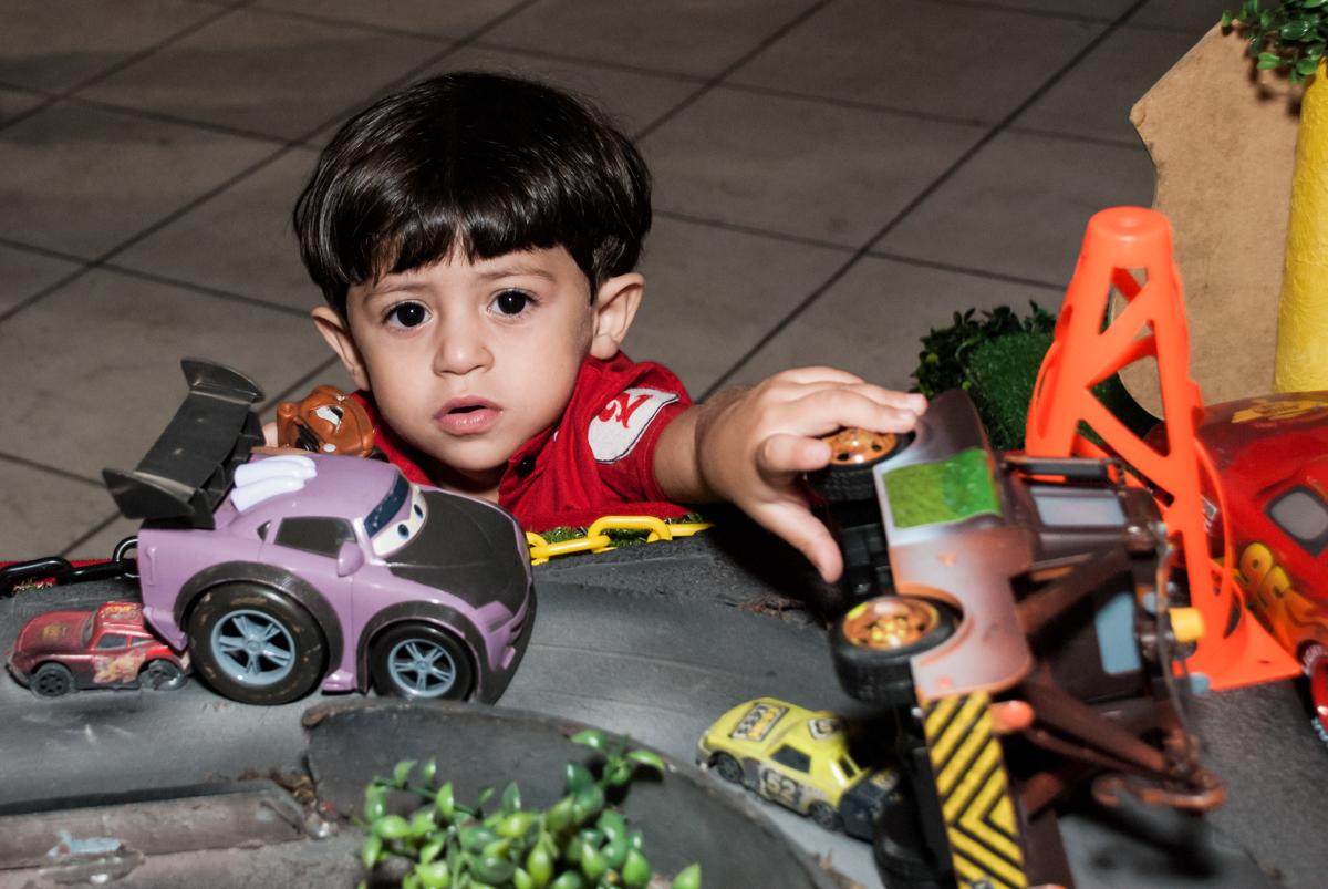 atraido pelos personagens da mesa no Buffet Fábrica da Alegria, Osasco, São Paulo, aniversário de Victor 2 anos, tema da festa carros