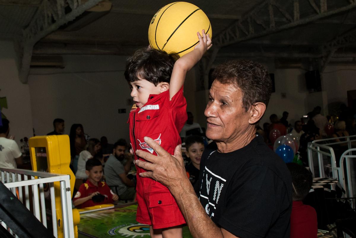 jagando basquete no Buffet Fábrica da Alegria, Osasco, São Paulo, aniversário de Victor 2 anos, tema da festa carros