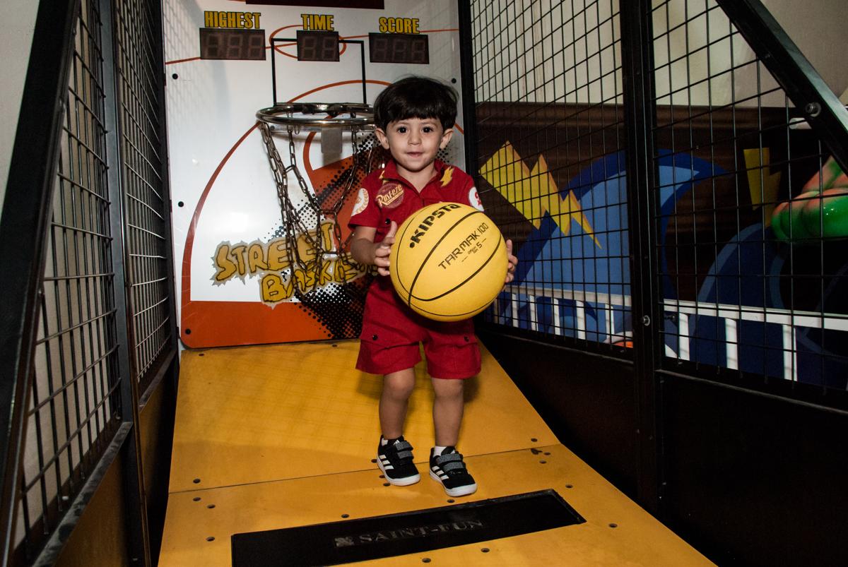 brincando com a bola no Buffet Fábrica da Alegria, Osasco, São Paulo, aniversário de Victor 2 anos, tema da festa carros