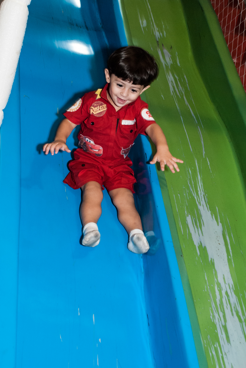 descendo no escorregador no Buffet Fábrica da Alegria, Osasco, São Paulo, aniversário de Victor 2 anos, tema da festa carros