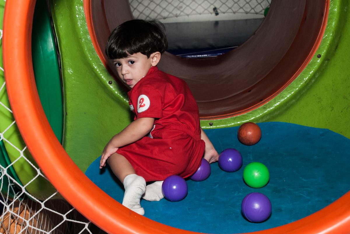 diversão no brinquedão no Buffet Fábrica da Alegria, Osasco, São Paulo, aniversário de Victor 2 anos, tema da festa carros