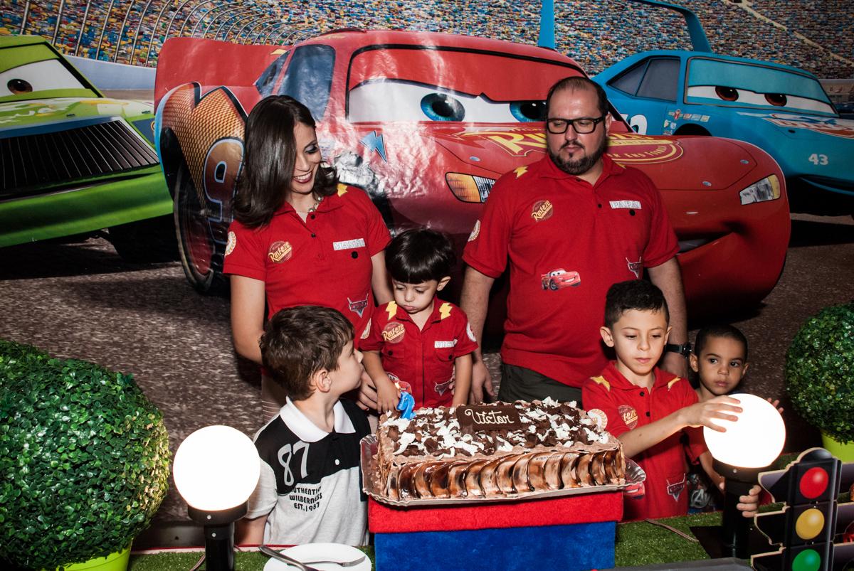 Hora do parabéns no Buffet Fábrica da Alegria, Osasco, São Paulo, aniversário de Victor 2 anos, tema da festa carros