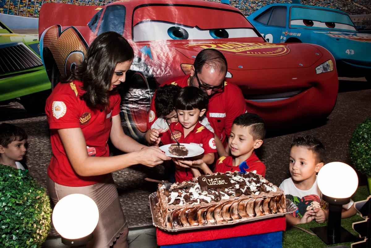 primeiro pedaço de bolo no Buffet Fábrica da Alegria, Osasco, São Paulo, aniversário de Victor 2 anos, tema da festa carros