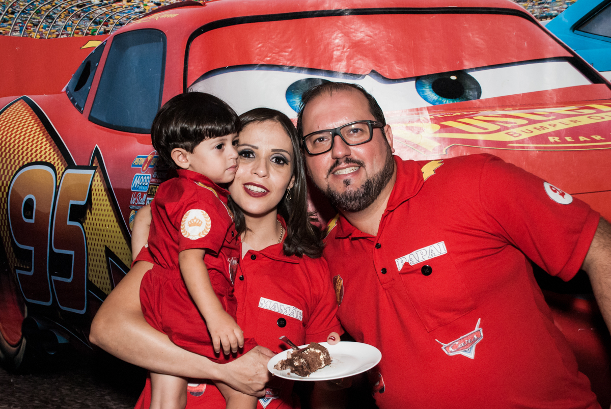 Bolo dividido com o papai no Buffet Fábrica da Alegria, Osasco, São Paulo, aniversário de Victor 2 anos, tema da festa carros