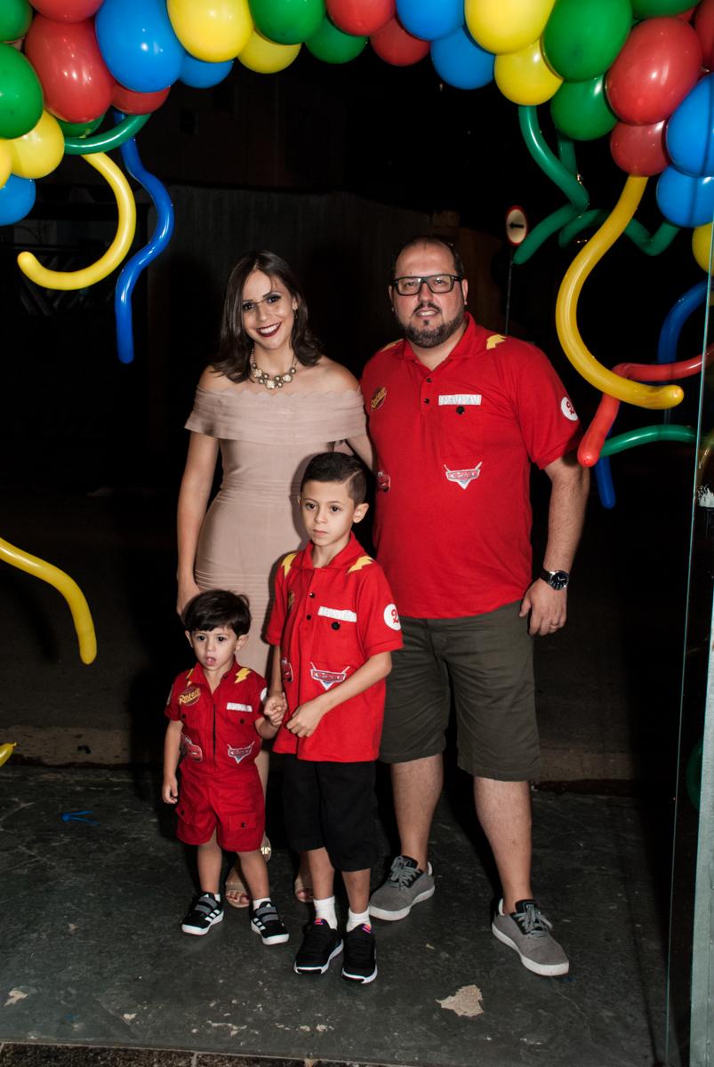 fotografia da família no arco de bexigas no Buffet Fábrica da Alegria, Osasco, São Paulo, aniversário de Victor 2 anos, tema da festa carros