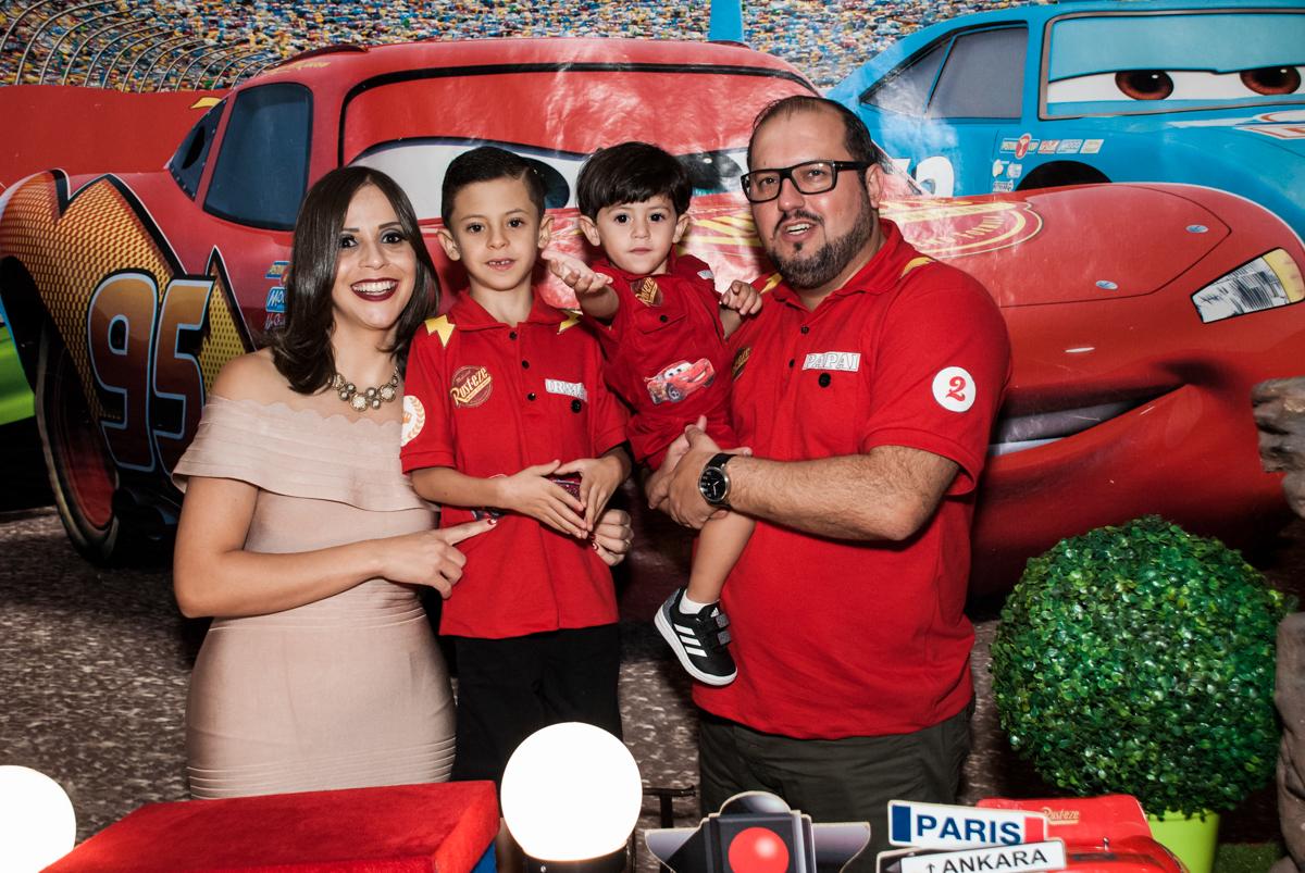 entrada da família para a festa no Buffet Fábrica da Alegria, Osasco, São Paulo, aniversário de Victor 2 anos, tema da festa carros