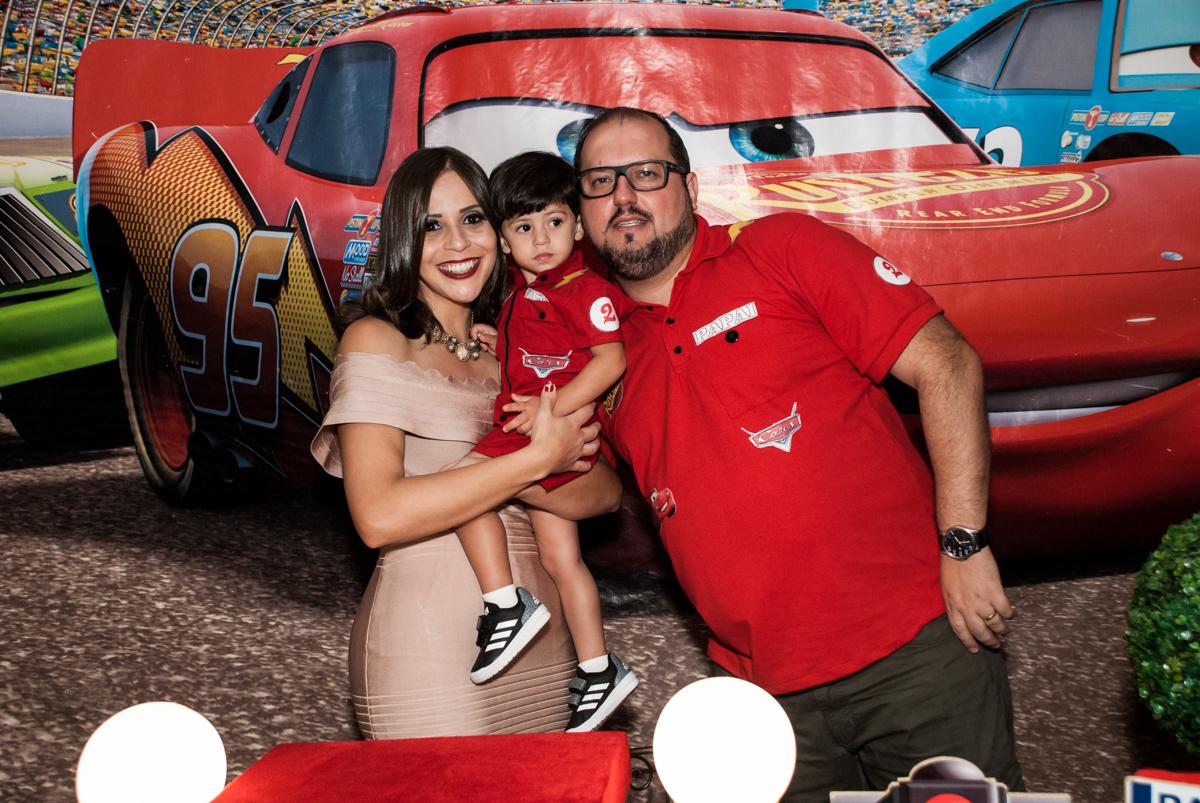 fotografia do aniversariante com os pais no Buffet Fábrica da Alegria, Osasco, São Paulo, aniversário de Victor 2 anos, tema da festa carros