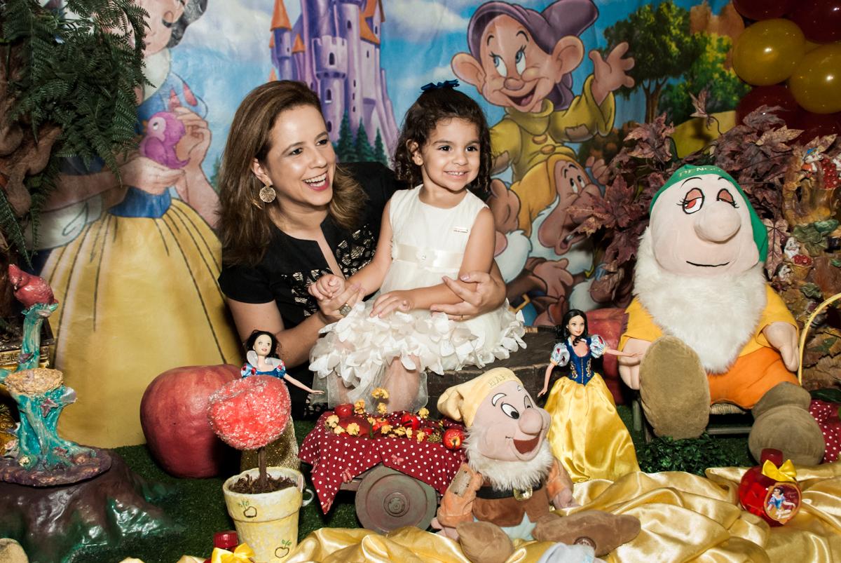 brincando com a mamãe no Buffet Planeta Kids, niversario Larissa 3 anos, tema da festa Branca de Neve